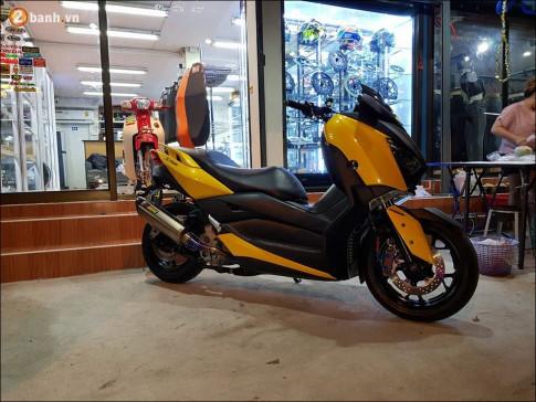 Yamaha XMAX 300 choi loa trong man dem huyen ao