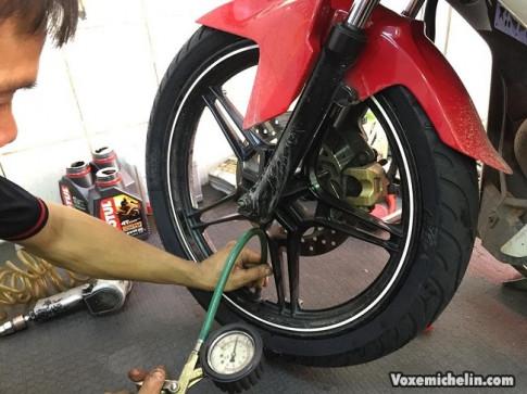 Vỏ xe máy bơm hơi bao nhiêu là đủ, liệu bạn có biết?