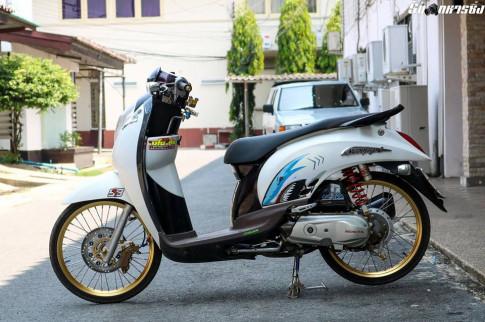 Honda Scoopy do buc pha ve dep nguyen thuy cua biker xu chua vang