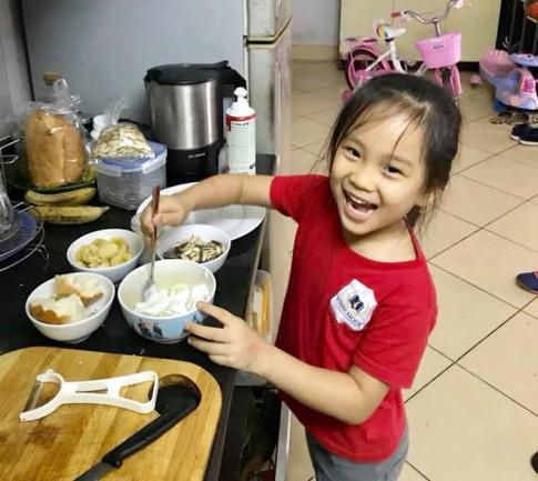 Con gái 5 tuổi đã biết rang cơm, rán trứng, nấu mì chỉ vì nhờ có bà mẹ... lười