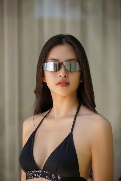 Deo kinh che gan het guong mat, Tieu Vy hut moi anh nhin vao them nguc day khi dien bikini