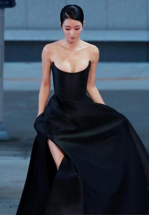 Đẹp tựa nữ thần với thiết kế hơn trăm triệu, nhưng Nam Em lại bị soi diện váy nhái