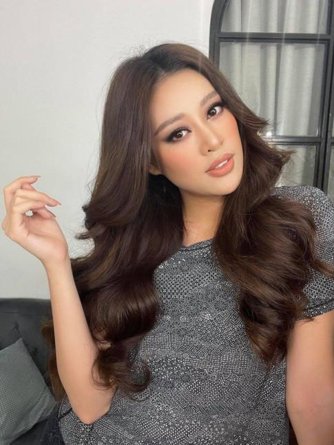 """Khanh Van tuyen bo dem 200 outfits di Miss Universe, dai dien Indonesia lien """"dan ap"""" voi container 400 bo"""